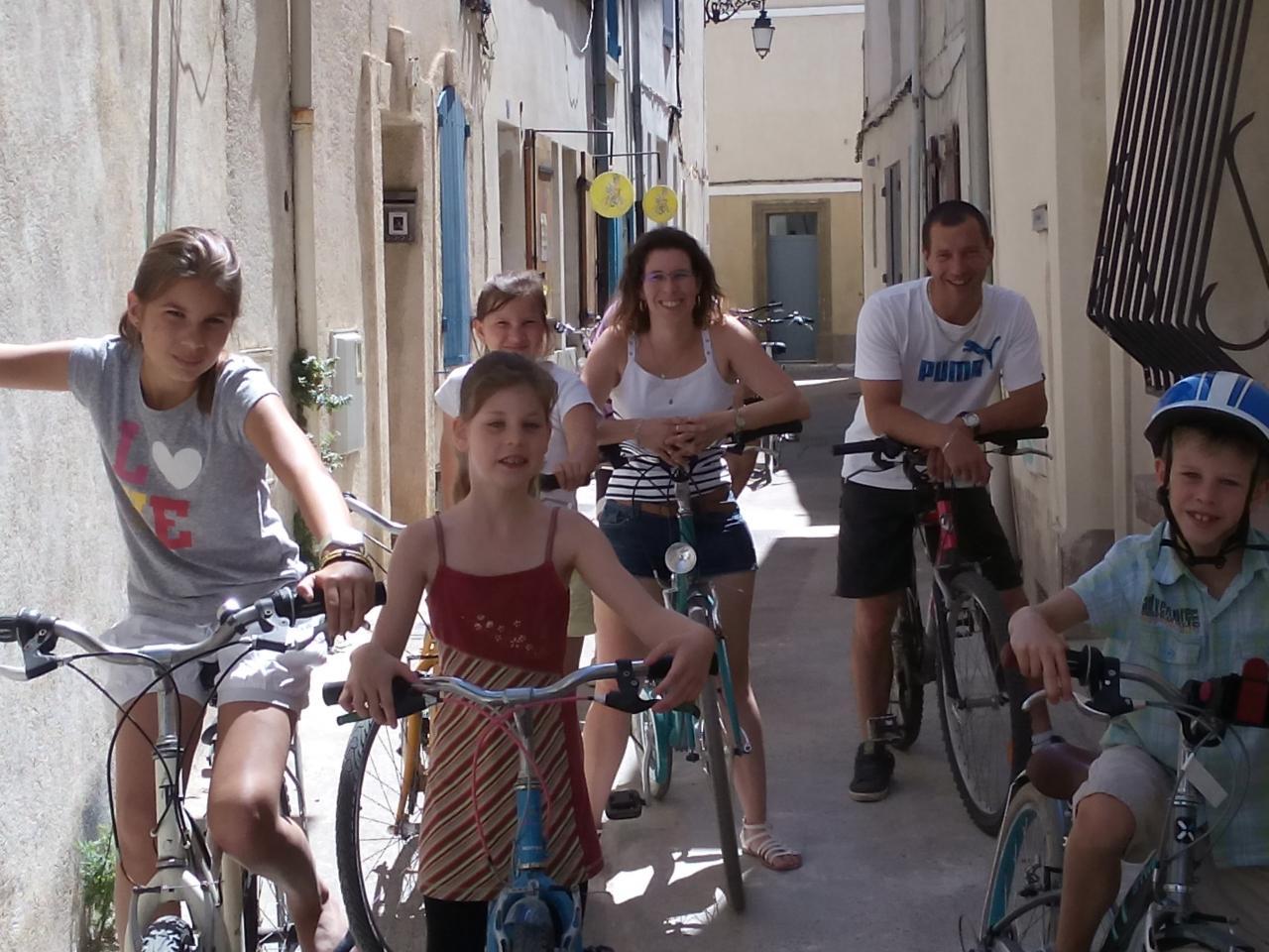 Location de vélos en famille .Visite d'Arles à vélos